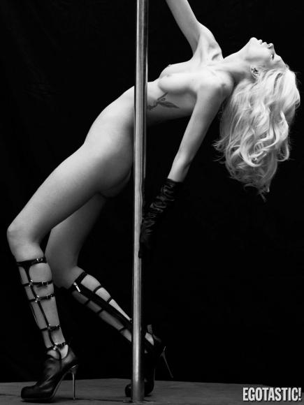 aline-weber-topless-black-and-white-shoot-for-s_n-magazine-winter-2012-06-435x580