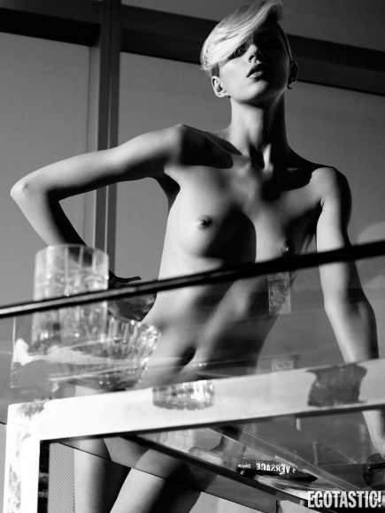 anja-rubik-topless-in-industrie-6-sept-2013-01-435x580