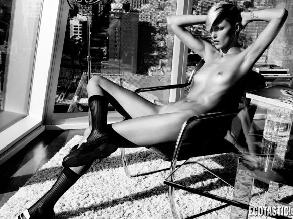 anja-rubik-topless-in-industrie-6-sept-2013-02-580x435