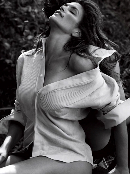 cindy-crawford-covered-topless-in-v-magazine-winter-2013-01-cr1384796964420-435x580