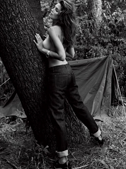cindy-crawford-covered-topless-in-v-magazine-winter-2013-02-cr1384796978879-435x580