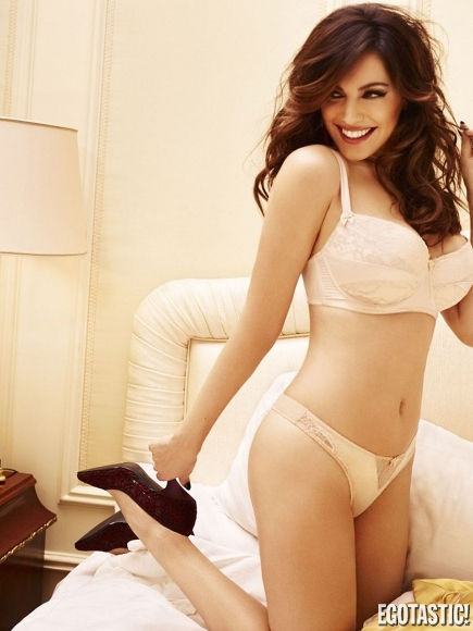 kelly-brook-new-look-lingerie-range-winter-2012-01-435x580