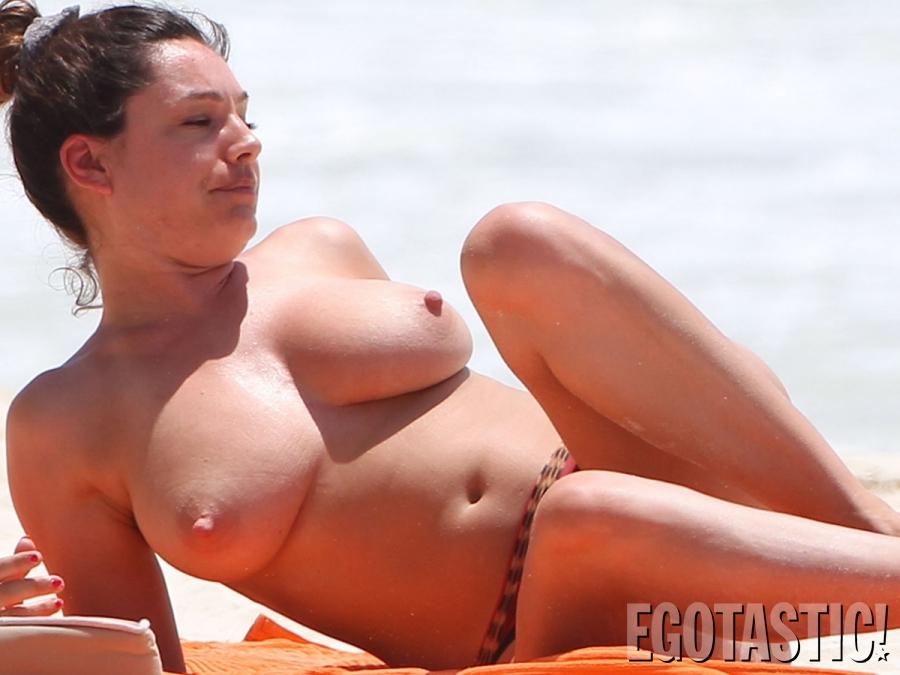kelly-brook-topless-in-a-bikini-in-cancun-03-900x675