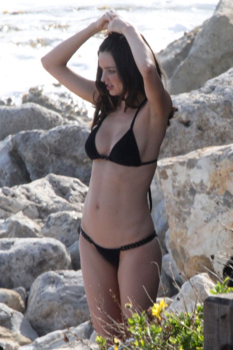 miranda-kerr-black-bikini-maui-01-480x720