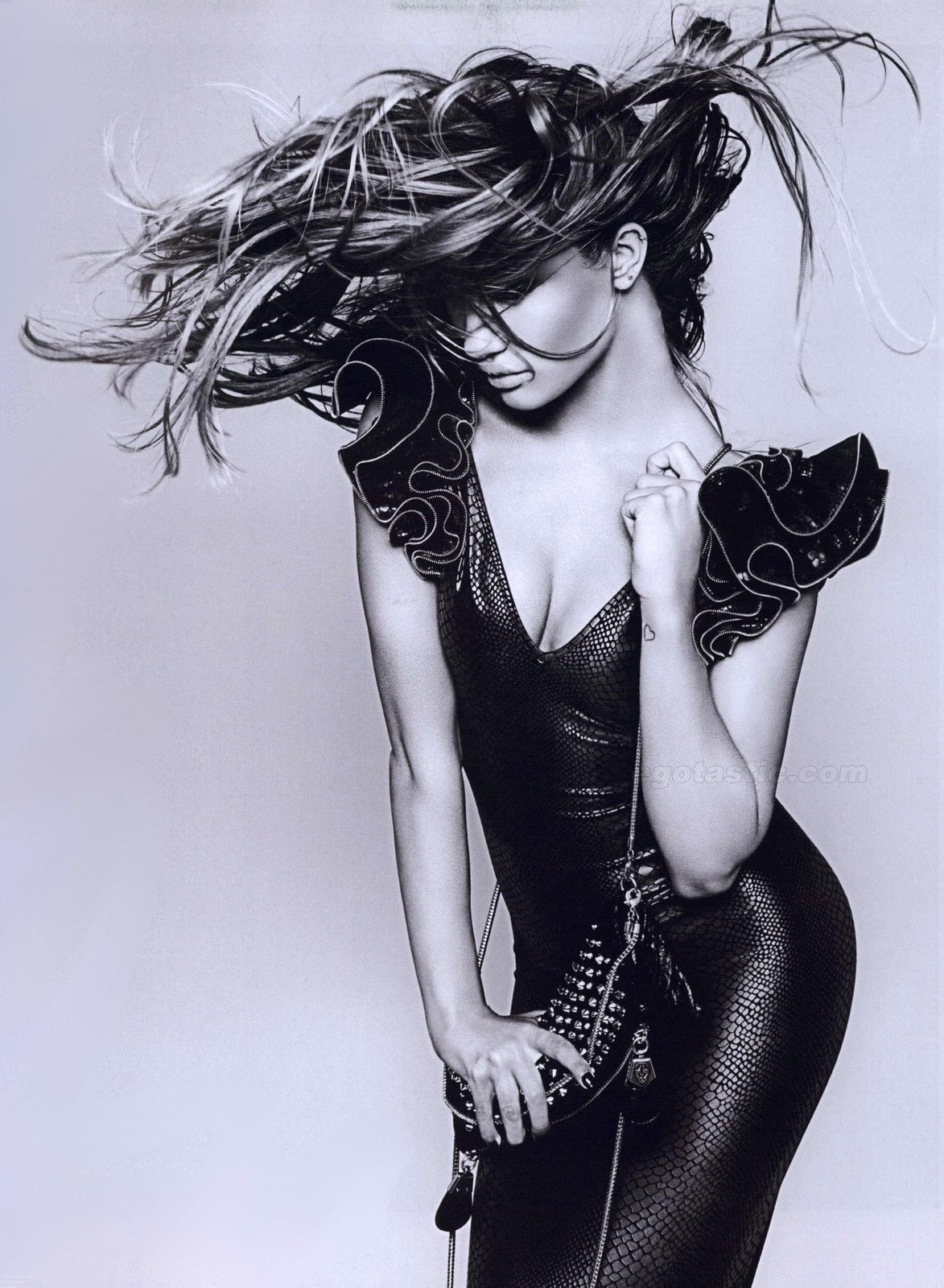 rosie-huntington-whiteley-thomas-wylde-shoot-01