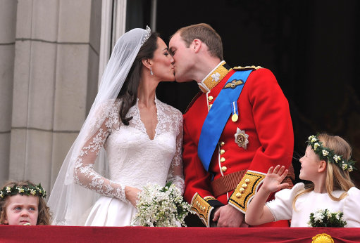 Kate And William's Balcony Kiss – Pictures