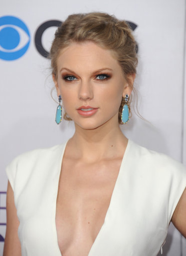 Taylor Swift Wows in White at 39th Annual People's Choice Awards – Arrivals – Los Angeles