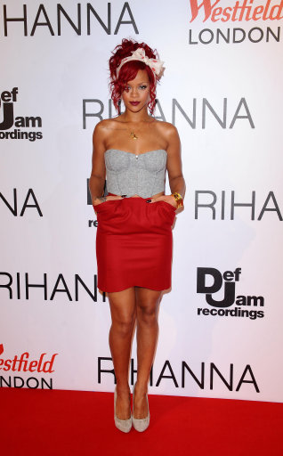 Rhianna Turns On Christmas Lights At Westfield Shopping Centre – Pictuers