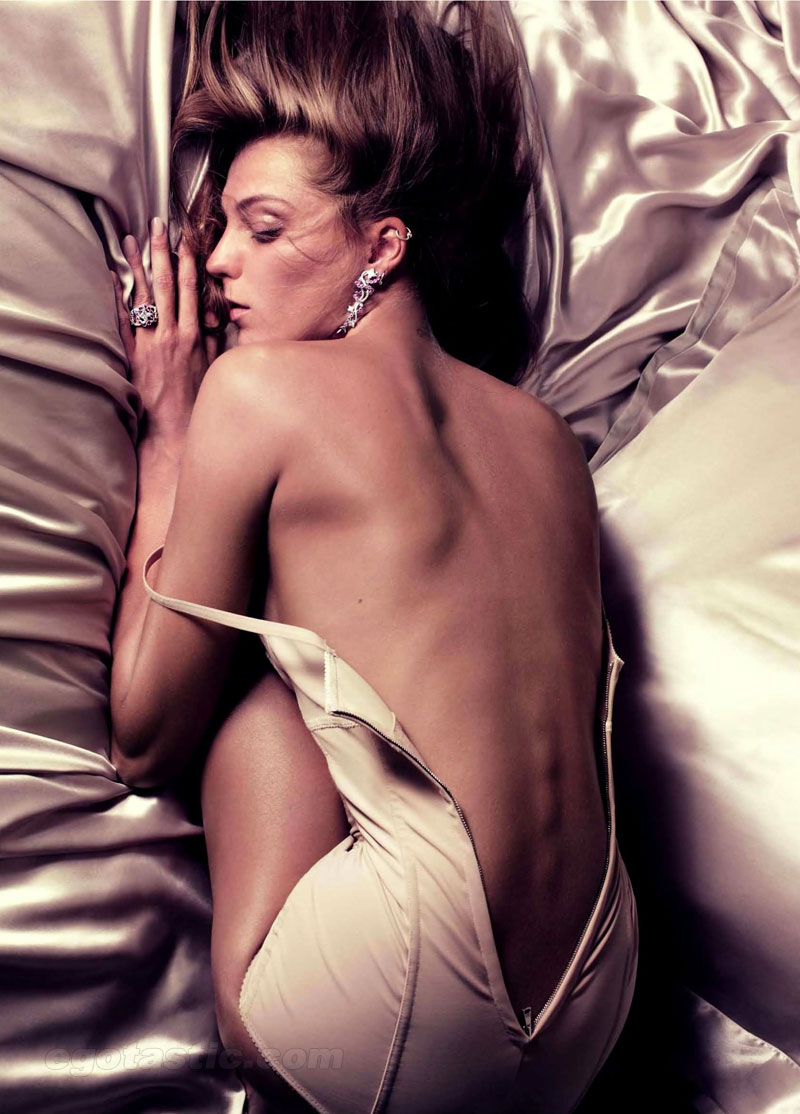 Daria Werbowy Nude Photoshoot For Vogue France (NSFW)